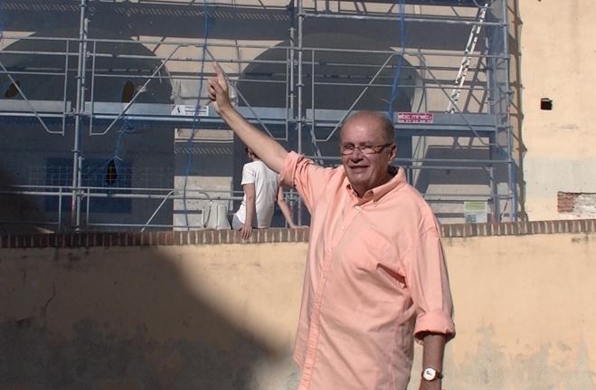 Philippe Peretti devant la façade du Pavillon des Nobles douze bientôt restaurée