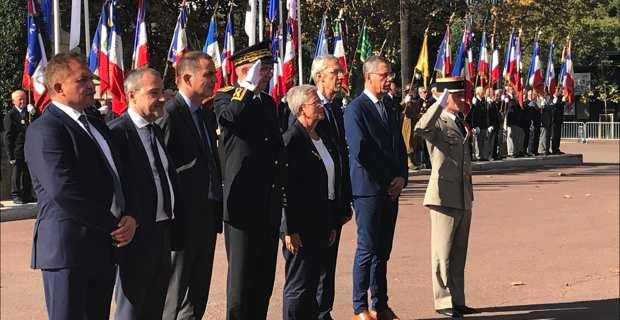 La Secrétaire d'Etat auprès de la ministre des Armées, Geneviève Darrieussecq, entourée du préfet de Haute-Corse, des présidents du Conseil exécutif territorial et de l'Assemblée de Corse, des députés de Haute-Corse et du Consul général du Maroc, place Saint Nicolas à Bastia, au pied du monument aux morts.