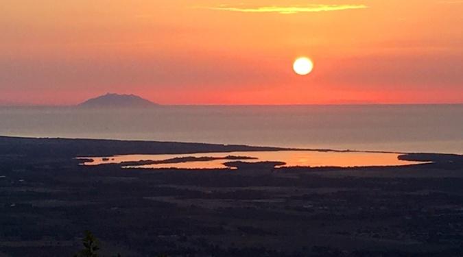 La photo du jour :  Soleil levant sur Monte Cristo et la plaine orientale