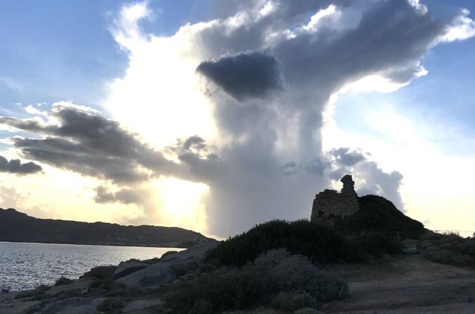 La photo du jour : Nuage d'orage au-dessus de la tour de Caldanu