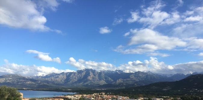 Neige sur le Monte Cintu jouant avec le bleu de la baie de Calvi (Bernard Lorriaux)