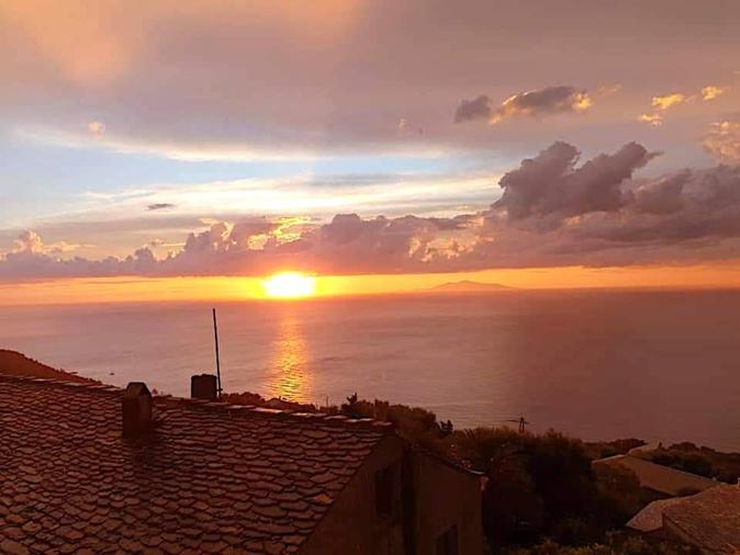 La photo du jour : Lever Soleil sur la  mer Tyrrhénienne et l'archipel toscan