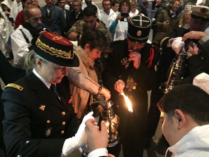 La directrice nationale de l'UNSS, Nathalie Costantini a allumé les lampes tempêtes qui sont parties dans toute la France