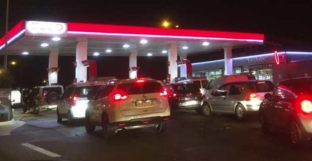 Gilets jaunes : Dépôt pétrolier de la Marana bloqué, ruée sur les stations-services