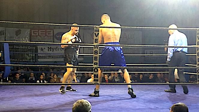 Chez les professionnels, Dimitri Gourrier (BC Ajaccien), short noir, a dominé aux points l'Estonien Sergueï Bannov