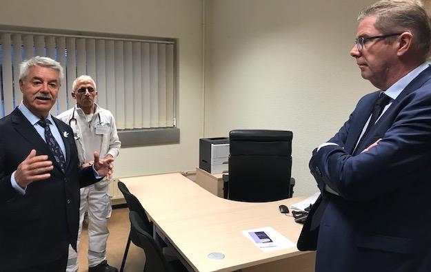 Le docteur Hatem Balle référent départemental de l'unité, le directeur du CH de Bastia, le préfet de la Haute-Corse Gérard Gavory