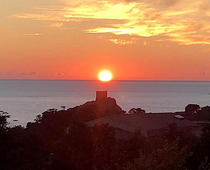 La photo du jour : Le Soleil au-dessus de la  tour de Portu