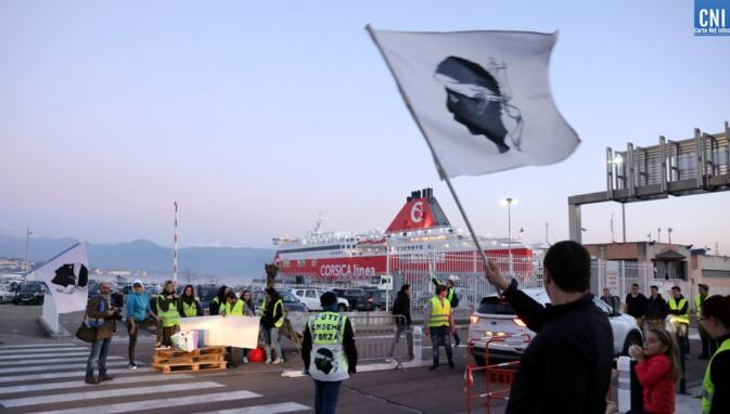Blocage de la sortie du port d'Ajaccio/ Photo Michel Luccioni