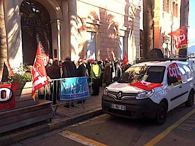 Les retraités devant la mairie  d'Ajaccio : Pensions, vie chère, transports… Et alors !