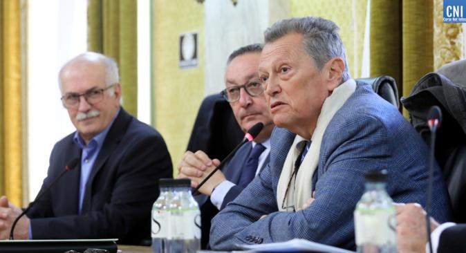 L'historien Michel Vergé-Franceschi intervient à la tribune aux cotés du président Paul Scaglia et de Jean Biancucci