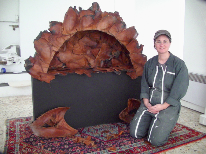 Sandra Lorenzi devant son four en écorces de palmiers...