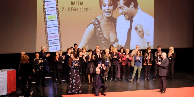 Carlo Verdone à genoux sur la scène du Théâtre pour recevoir le Prix René Viale