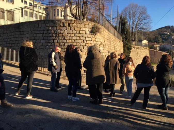 un rassemblement a eu lieu ce lundi devant le collège de Vico pour dénoncer la fermeture d'une classe de sixième