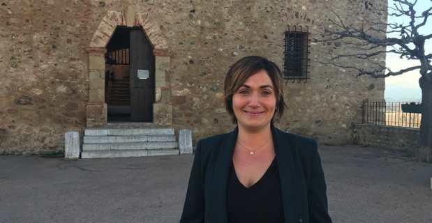 Josepha Giacometti, Conseillère exécutive en charge de la culture, du patrimoine, de l'éducation et de la recherche, devant le musée d'Aleria.