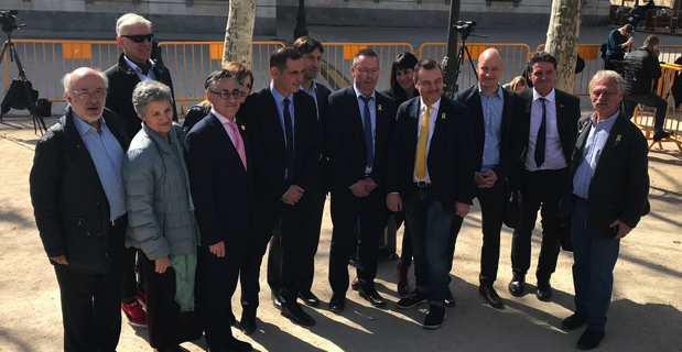 Le président de l'Exécutif corse et la délégation d'euro-députés, lors de la conférence de presse, jeudi matin à Madrid, devant le tribunal où se tient le procès des Catalans.