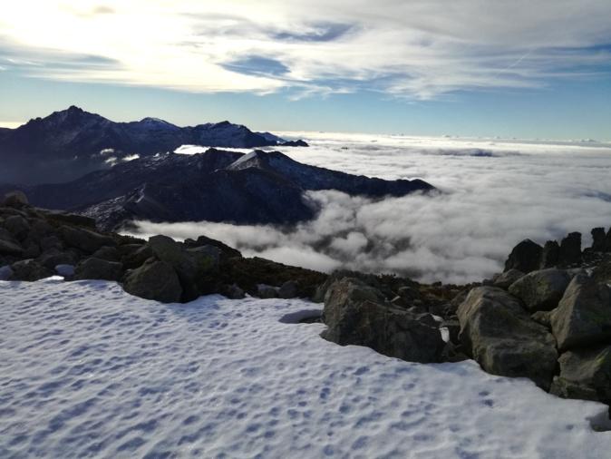 La photo du jour : Le Monte d'Oru entre neige et mer de nuages