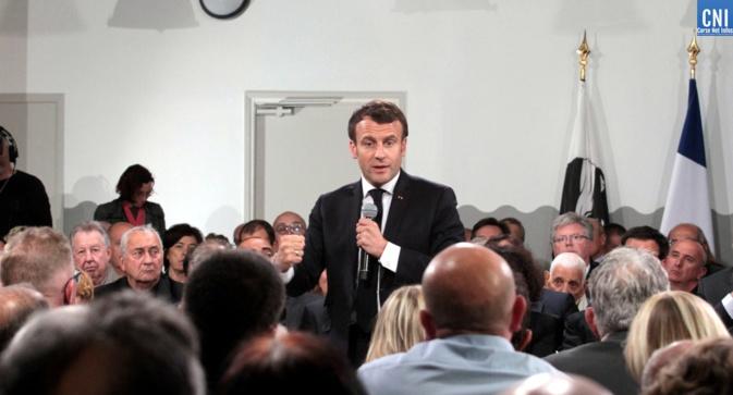 Le président Macron pendant le débat avec la Bandera en fond (Photo Michel Luccioni)
