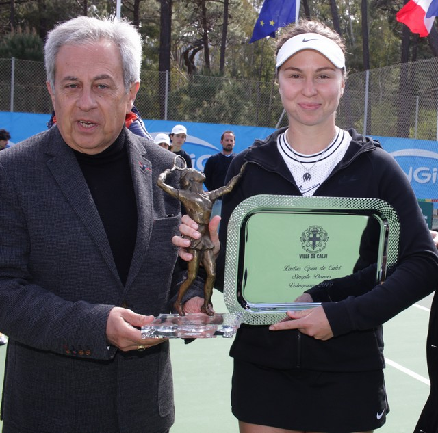 Anastasiya Komardina reçoit le trophée de la ville de Calvi par le Maire Ange Santini
