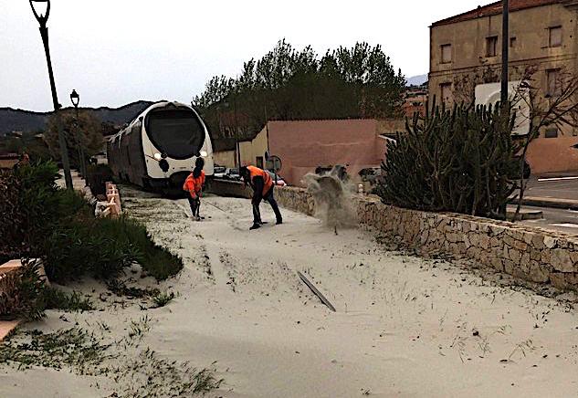 Le train stoppé par une...tempête de sables l'Ile Rousse