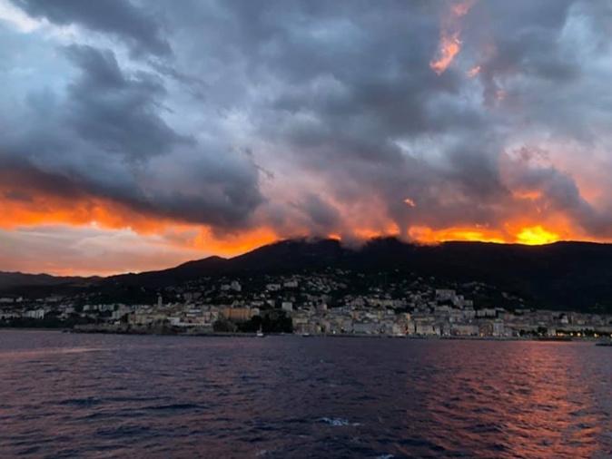 La photo du jour : Le ciel en feu au-dessus de Bastia