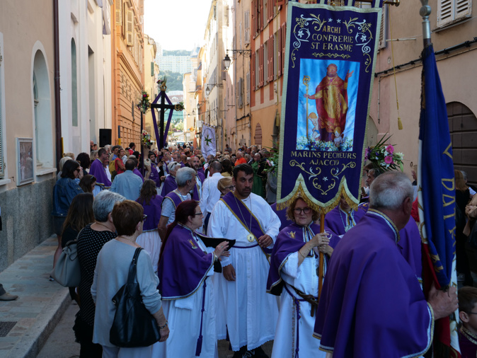 VIDÉO - Saint-Érasme  porté jusqu'aux flots ajacciens