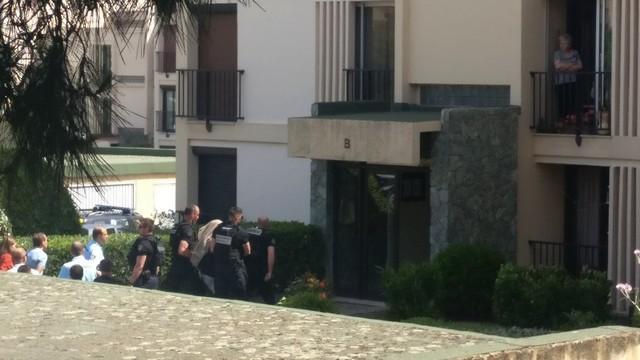 Une couverture sur la tête, Bruno Garcia, auteur présumé de l'assassinat conduit sur les lieux du drame sous bonne escorte