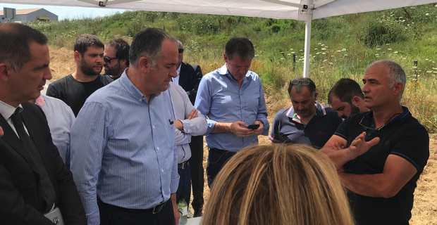 Sebastien Rossi du groupement des éleveurs corses avec le ministre de l'agriculture et de l'alimentation, Didier Guillaume, sur le site du futur pôle Viande à Vescovato.