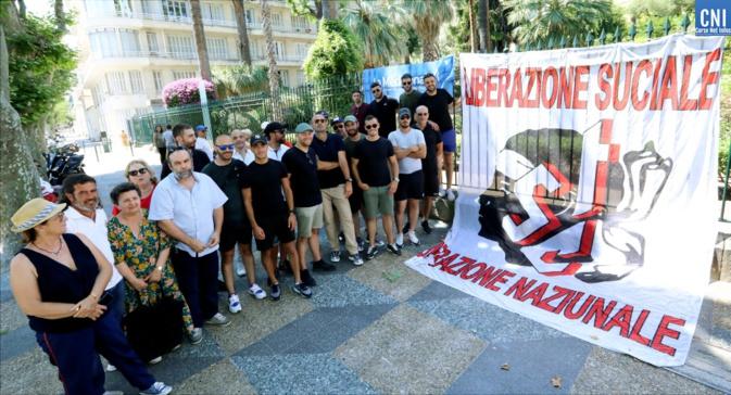 Les marins de la Méridionale devant l'assemblée de Corse. Photo Michel Luccioni.