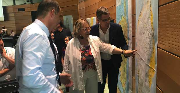 Jocelyne Mattei-Fazi, présidente de l'association des maires de Corse-du-Sud et maire de Renno, devant les nouvelles cartes des ESA.