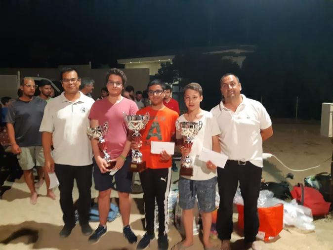 Akka Vilaisarn, responsable de la formation à la Ligue Corse d'Echecs, Maxime Lagarde (3e), Raunak Sadhwani (vainqueur), Mahel Boyer (2e) et Benoît Chaudron, directeur de Marina Viva