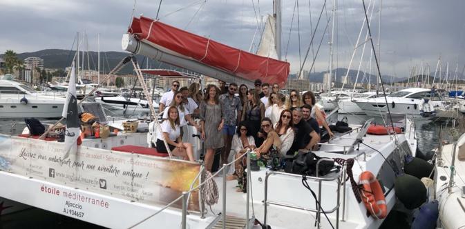 DJ Saint-Hilaire entourée des invités ayant découvert en exclusivité le remix de Mi ne vogu sur l'Etoile Méditerranée