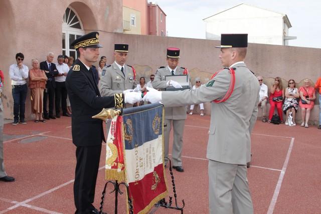 Le sous-préfet Florent Farge remet son décret de naturalisation à un légionnaire