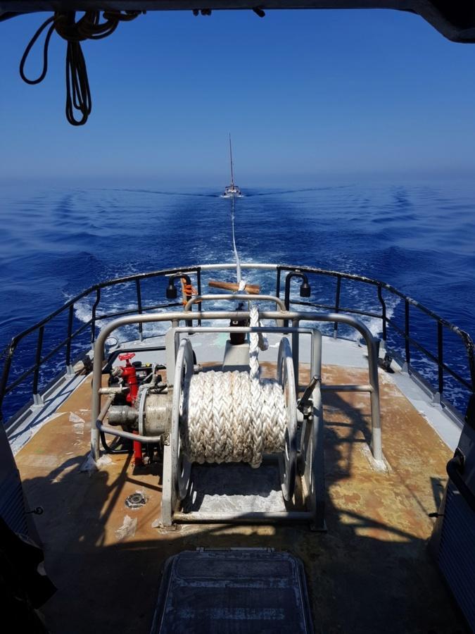 Un voilier en difficulté remorqué par la  vedette de la SNSM Calvi-Balagne