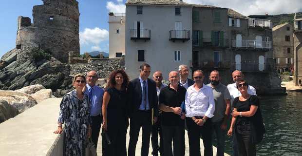 Le président du Conseil exécutif de Corse, Gilles Simeoni, la présidente de l'Agence du tourisme, Nanette Maupertuis, les élus locaux, les associations de plaisanciers et les entreprises parties prenantes des travaux de réfection du port de pêche d'Erbalunga.