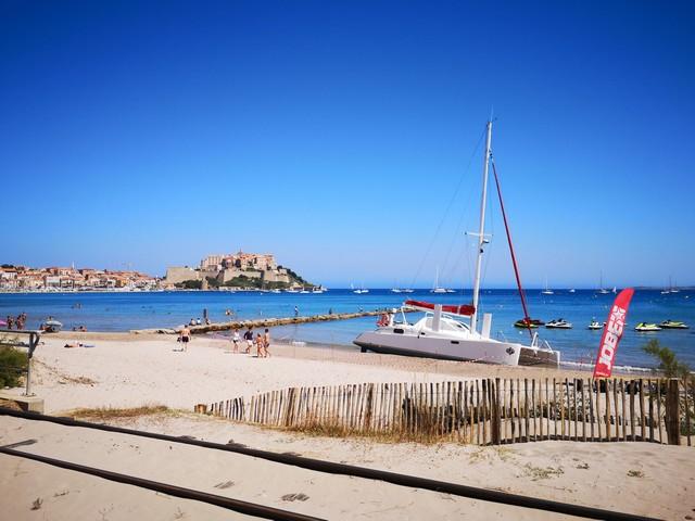 Imbroglio autour d'un catamaran échoué sur la plage de Calvi depuis plus de 15 jours
