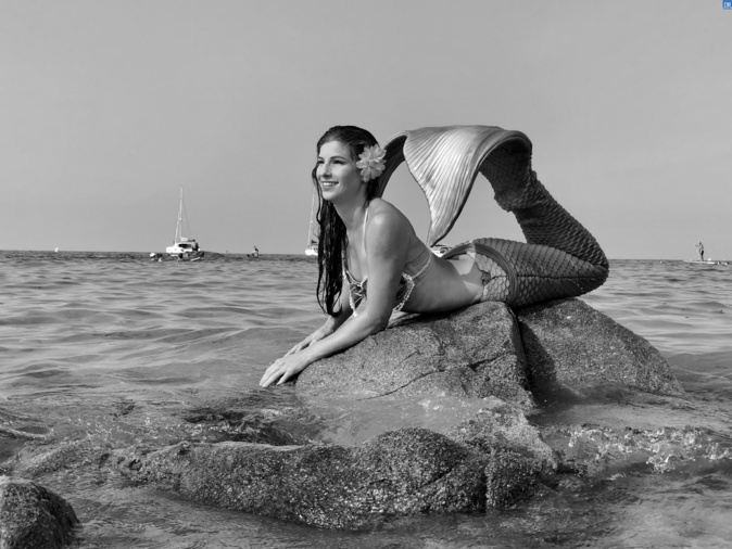 Miss Monde Sirène sur le sable lisulanu