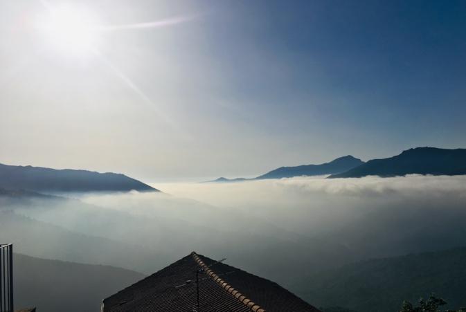 Le village de Lentu au dessus de la brume matinale de la vallée du Golu. ( ArchiSE)