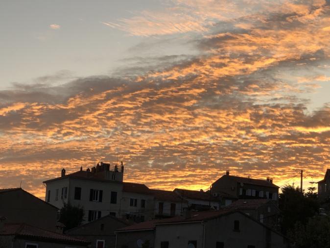 Le soleil se lève sur le village de Calcatoggio(Photo J.-C. David)