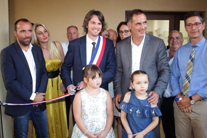 Ruban tricolore coupé par les autorités et les enfants d'Aregnu