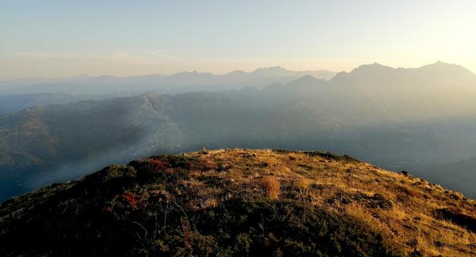 Lever de soleil sur les sommets du centre de l'Île. (Yann Guedon)