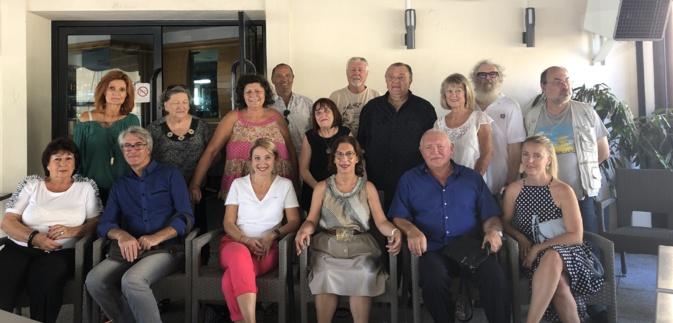 Marie-José Joly entourée dune partie des soutiens de France Alzheimer