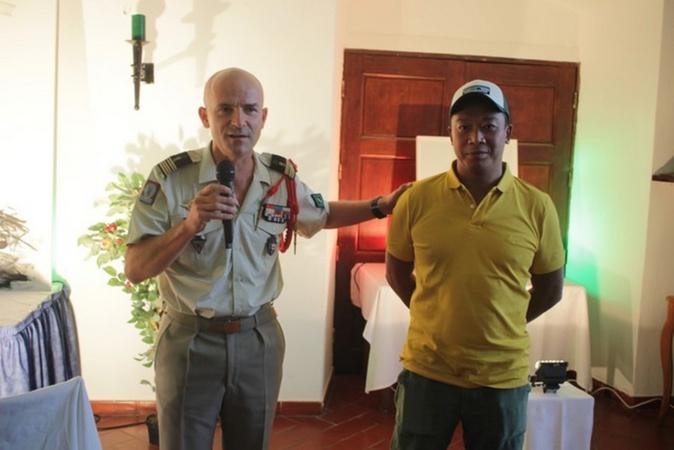Le chef de corps du 2e REP Christophe de La Chapelle et l'artiste peintre Hom N'Guyen