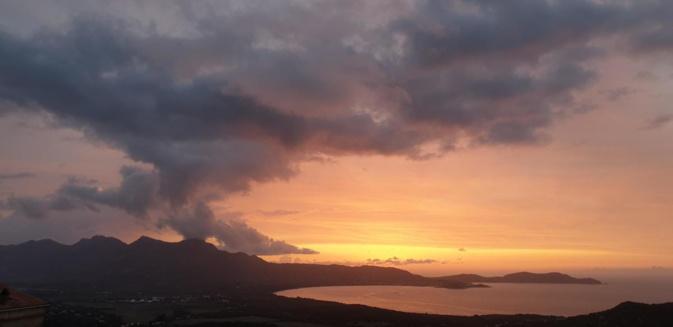 Fumeroles au dessus de Calvi: quand les nuages nous rappellent l'histoire volcanique de notre île.. (Rémy Raso)