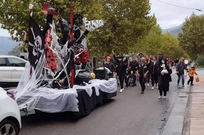 La parade dans les rues de Calinzana