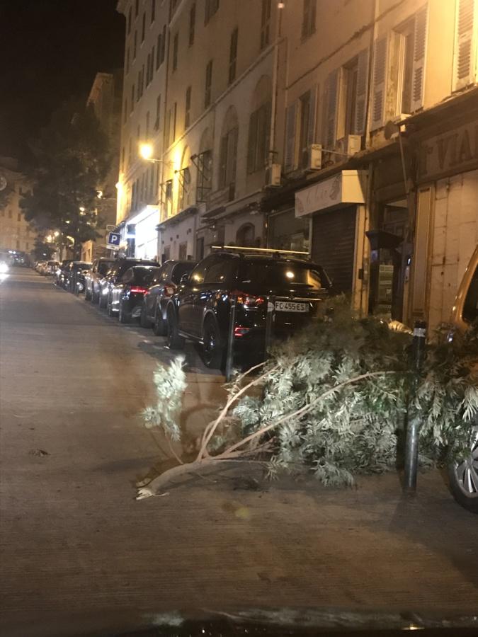 Au centre ville de Bastia, les vents violents ont causé de légers dégâts.