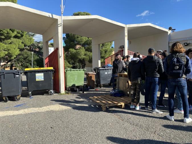 A 10h30, les élèves du lycée Giocante bloquaient l'entrée au bâtiment.