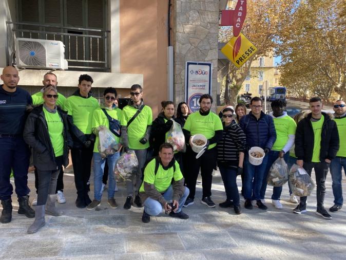 Les jeunes de l'association LEIA ramassent le mégots à Bastia.