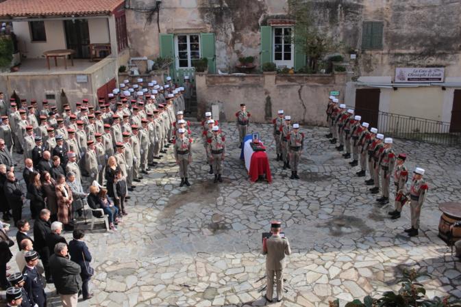 Les honneurs militaires sur la place d'Armes, dans la citadelle de Calvi