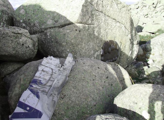 La plaque du souvenir a été apposée à l'endroit où l'avion a touché la montagne de San Petru. Un morceau de carlingue symbolise le drame.