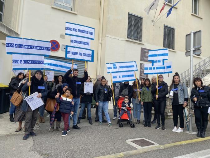 Les parents et les éducateurs de l'unité d'enseignement de l'école Charpark à Bastia manifestent pour l'inclusion des enfants autistes.